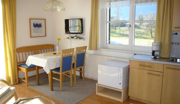 Komplett ausgestattete Küche mit Essbereich der Ferienwohnung eins für 2-3 Personen im 1. Stock