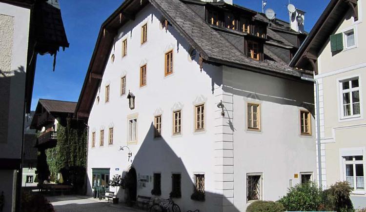 Since 1997, the tourist office of Bad Goisern is located in the Höplingerhaus directly in Bad Goisern. (© Ferienregion Dachstein Salzkammergut / Michaela Kefer)