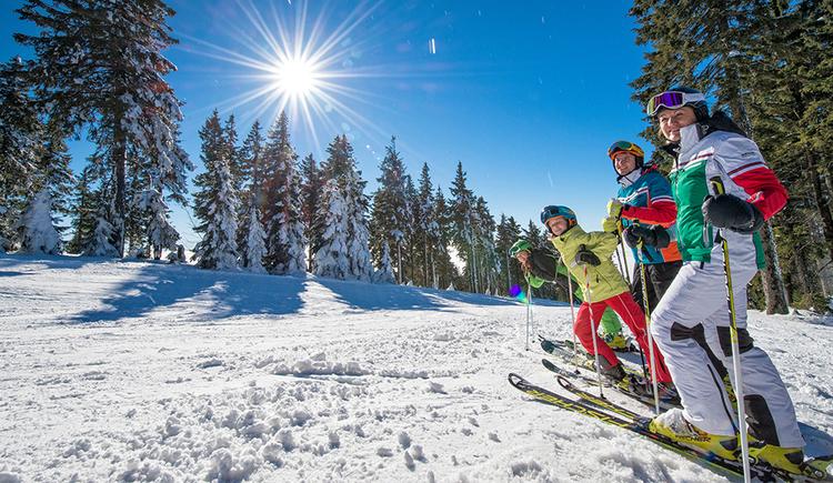 familie-am-hochficht-beim-skifahren. (© Oberösterreich Tourismus GmbH/Erber)
