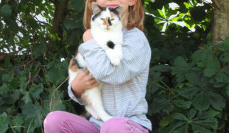 Kind mit Katze. (© Tourismusverband Ebenau)