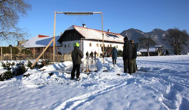 Wintervergnügen auf der Eisstockbahn (© Bammer im Herndlberg)