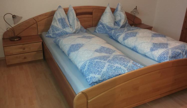 Schlafzimmer mit Doppelbett, Nachtkästchen mit Lampe