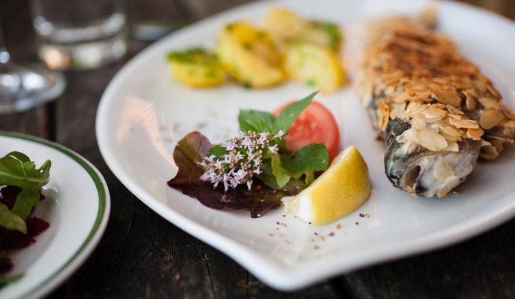 Eine Spezialität des Hauses - Mandelforelle - frisch aus dem eigenen Fischteich