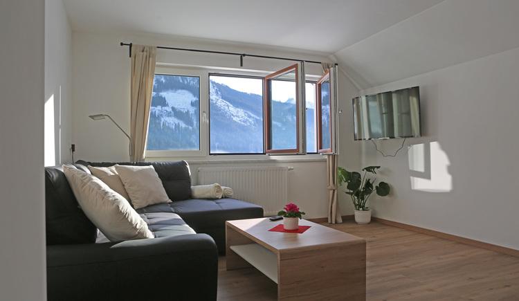 Wohnzimmer in der Ferienwohnung Gosaukammblick