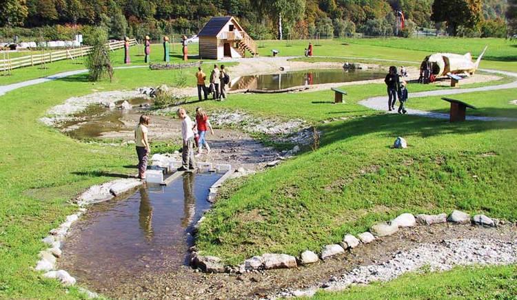 Spielplatz im Wassererlebnis Mini-Donau in Engelhartszell.