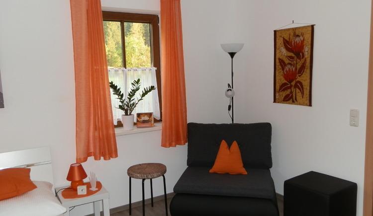 Gemütliches Doppelzimmer mit Sitzgelegenheit - das Sofa kann auch als Schlafgelegenheit verwendet werden. (© Aschauer)
