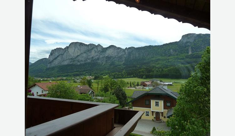 Ausblick vom Balkon auf die Umgebung, Häuser, Bäume, Berge