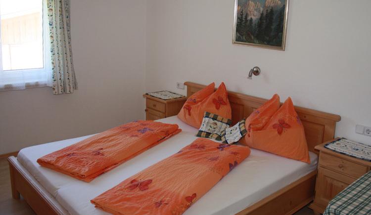 Das Doppelbett mit Nachtkästchen. (© Margit Gamsjäger)