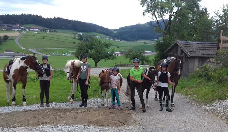 mit der Ponyband am Weg zum Reitplatz (© privat)