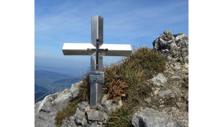 Blick auf ein Kreuz auf einem Berg