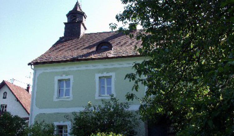 Nach dem Tod von Alfred Kubin im Jahr 1959 übernahmen die Oberösterreichischen Landesmuseen das Wohnhaus des faszinierenden Künstlers in Zwickledt und führen es seither als Gedächtnisort und Museum mit wechselnden Ausstellungen weiter.