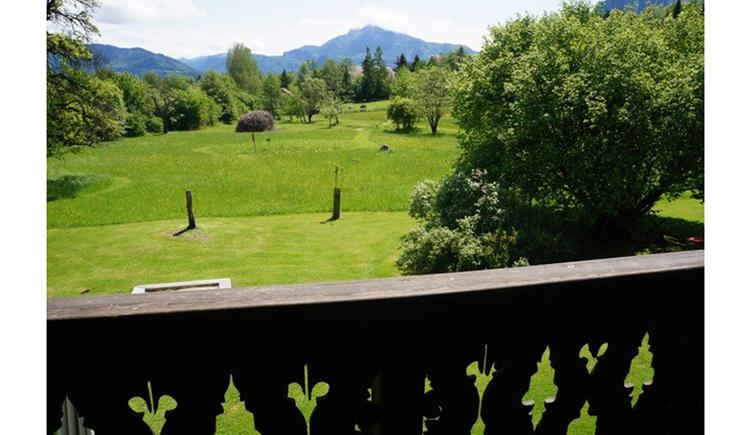 Ausblick vom Balkon auf die Wiesen und Landschaft
