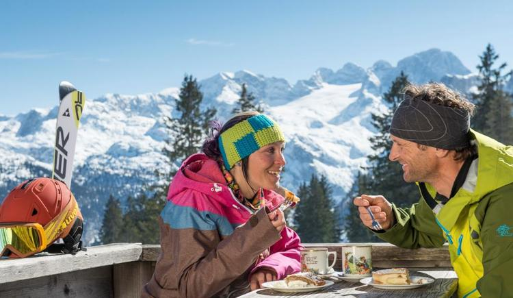 A cozy snack with a beautiful mountain panorama of the Dachstein. (© OÖ Tourismus/Erber)