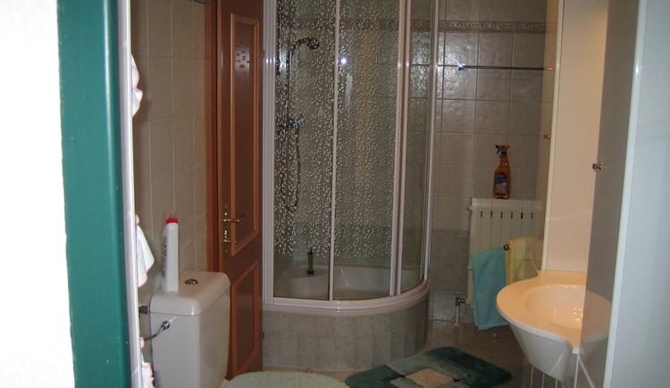 Badezimmer mit Dusche/WC und Waschtisch. (© Gerlinde Sams)