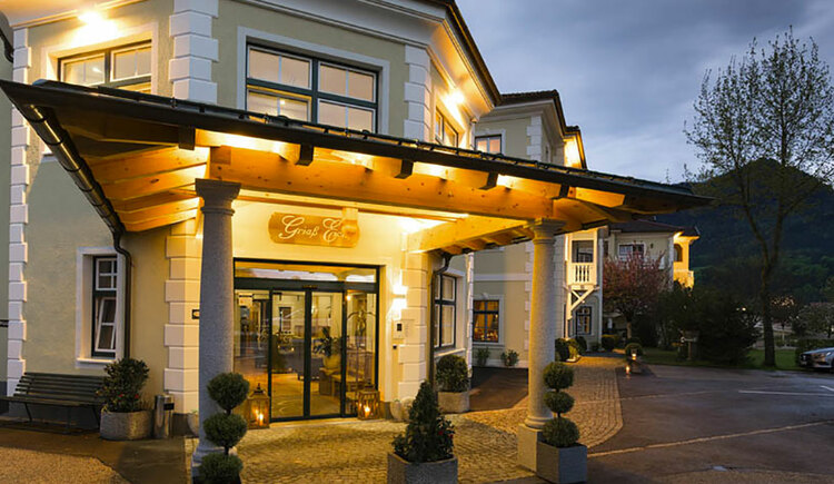 Eingang zum Hotel. (© Sperr-Lehrl)
