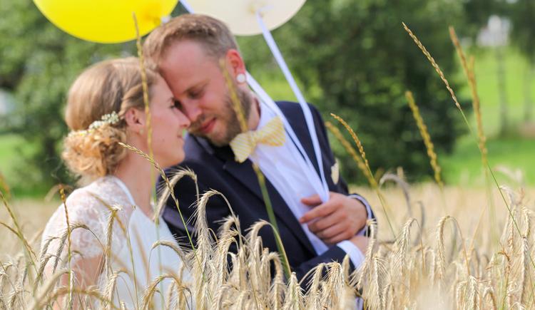 Hochzeitspaar steht im Feld