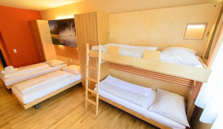 betten-familienzimmer-jufa-hotel-almtal-large-fens (© JUFA Hotel Almtal)