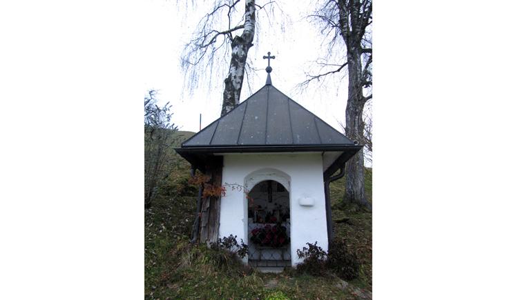 Blick auf die Kapelle, im Hintergrund Bäume