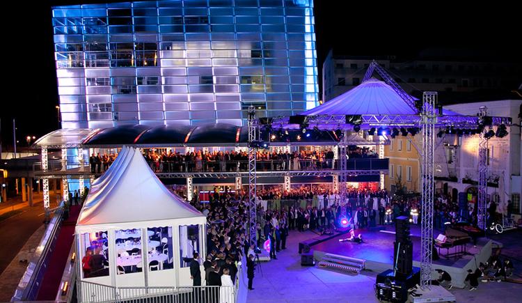 Open-air Veranstaltung mit Festzelt und Bühne am Maindeck des Ars Electronica Centers. (© voestalpine)