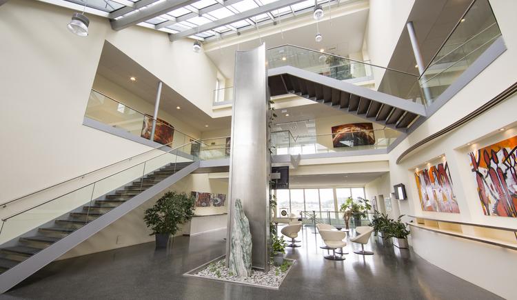 beeindruckendes Foyer mit 12 Meter Höhe im UEBEX Congresspark. (© UEBEX Congrespark)