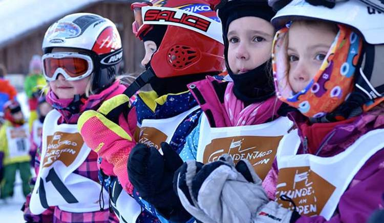 Whether skis or snowboards the children are in good hands with the certified ski instructors. (© Putz Heli)