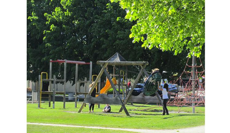 spielende Kinder am Spielplatz