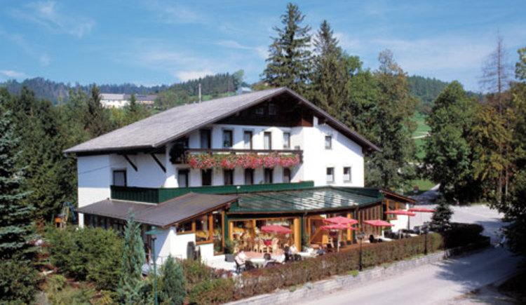 Hausansicht Gasthof Silbermair in St. Konrad im Almtal.
