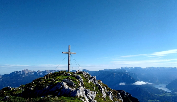The summit cross on the mountain with a wonderful view of the surrounding mountain world. (© Michael Schwarzlmüller)