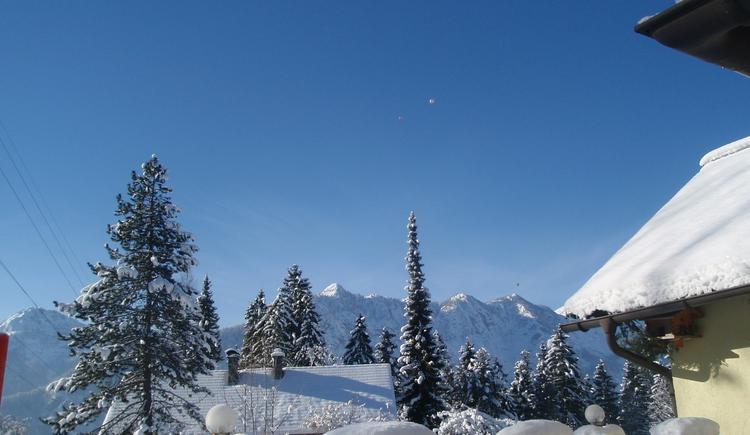Tief verschneite Winterlandschaft im Salzkammergut