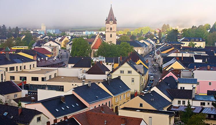 Blick auf das Stadtzentrum mit Kirchturm der Stadtpfarrkirche St. Jakob d.Ä. (© Alexander Schneider - Stadtmarketing Perg)