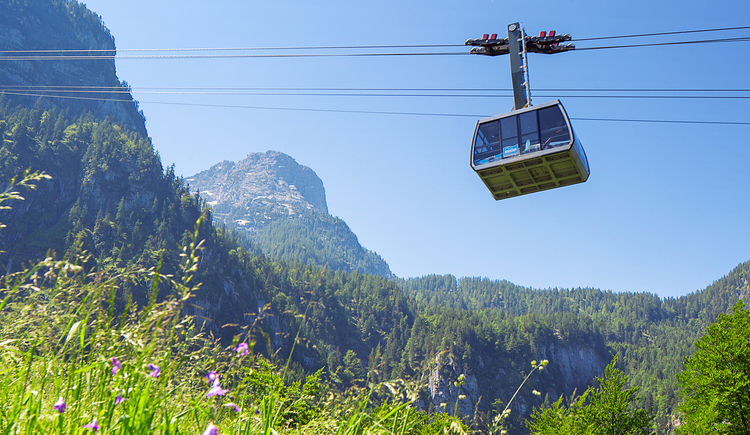Cable car in Obertraun with stunning views of the mountains. (© Dachstein Tourismus AG/Manfred Schöpf)