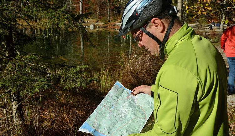 Mountainbikfahrer schaut sich Strecke auf Karte an