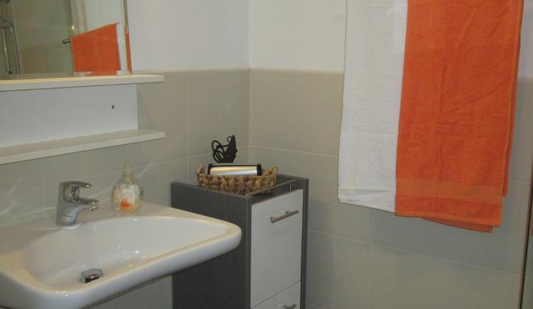 Das Badezimmer in der Ferienwohnung Steinbrecher in Hallstatt ist modern eingerichtet