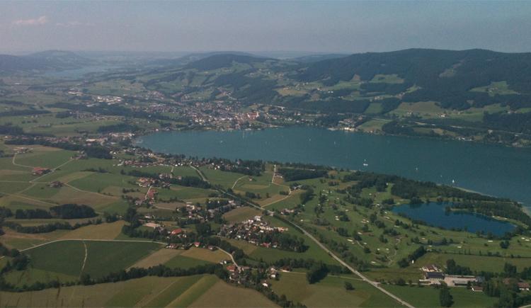Blick auf die Landschaft, den See, im Hintergrund die Berge. (© Tourismusverband MondSeeLand)