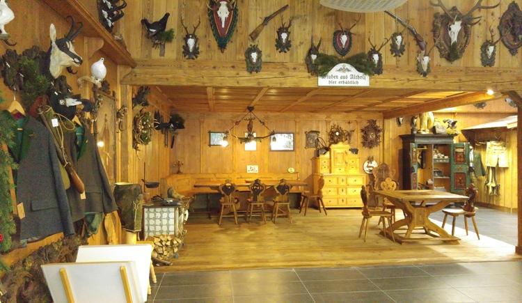 Das Trachten- und Jagdgeschäft bietet eine große Auswahl an traditioneller Kleidung und Jagdbedarf.