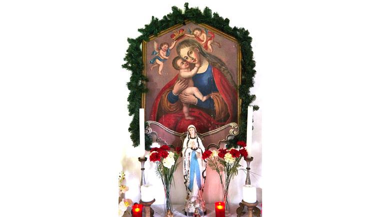 Blick auf eine Heiligen Figur, Kerzen, Heiligen-Bild