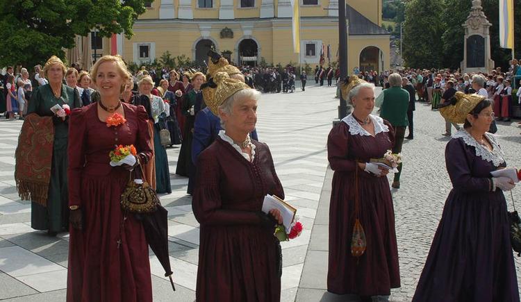 Frauen in der traditionellen Bürgerstracht der Goldhauben. (© Simone Wolfger)