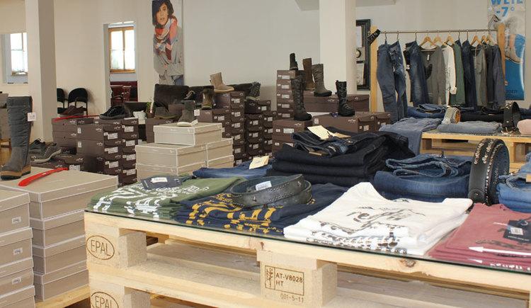 Guggis Shoes & Jeans, lässig modische Kleidung und die passenden Schuhe dazu, im Zentrum von St. Georgen im Attergau