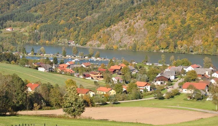 Ortschaft Kasten mit Blick auf Campingplatz und Jachthafen