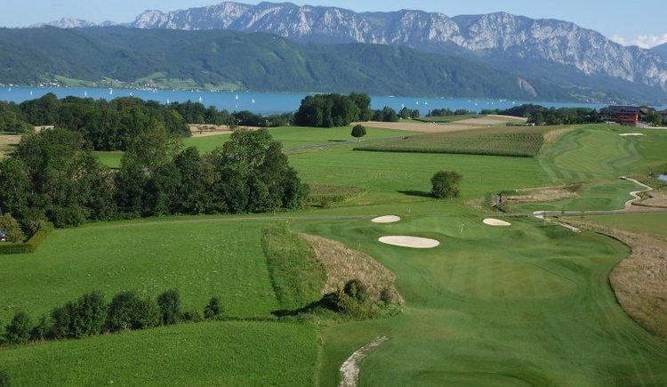 Abschlag mit Höllengebirge (© Golfclub am Attersee)