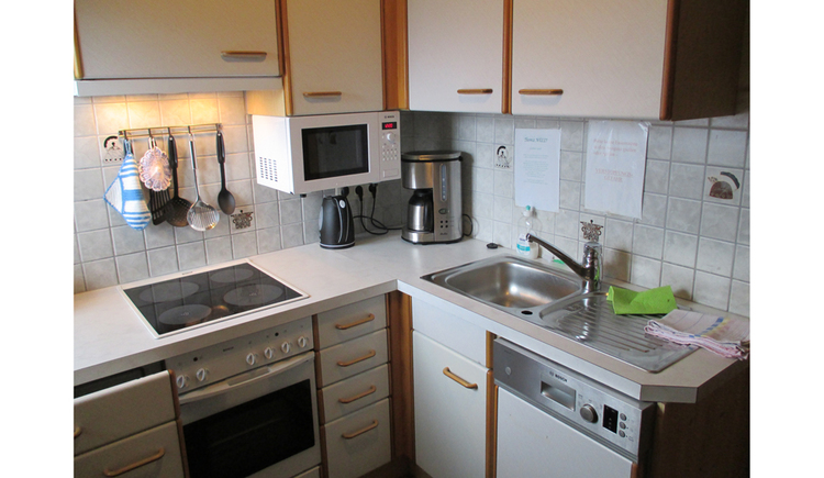 kitchen with kettle, coffee machine, micro wave, cooker, oven, sink, dishwasher