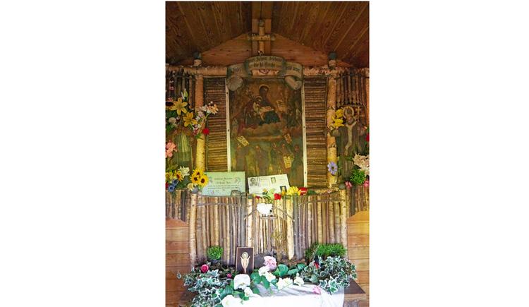 Blick auf einen Holzaltar, Blumen