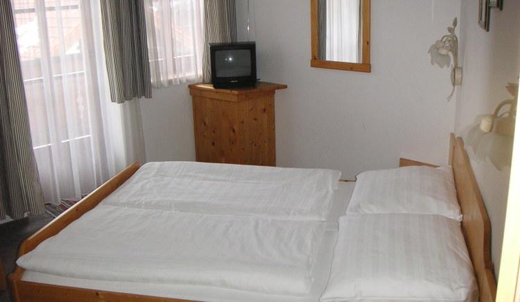 Im Haupthaus: 4 DZ und 5 EZalle mit DU/WC,Tel. Sat TV / Lan oder W-LanIm Gästehaus: 4 DZ und 2 FEWO . (© Nußbaumer)