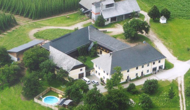 Der Bauernhof vulgo Pfaffenhofer aus der Vogelperspektive. (© Bräuer-Reiter)