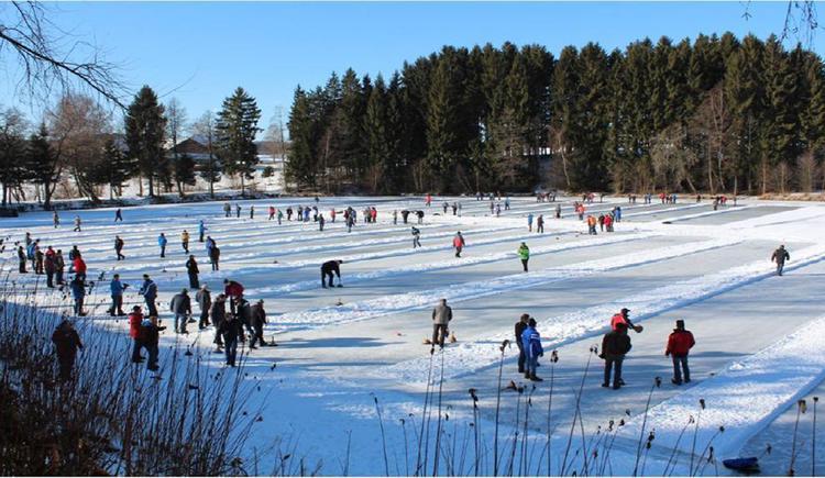 Eisstockschießen am Teich (© www.boehmerwaldcamp.at)