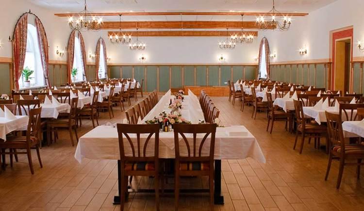 Innenbereich mit Tischen und Stühlen. (© www.mondsee.at)