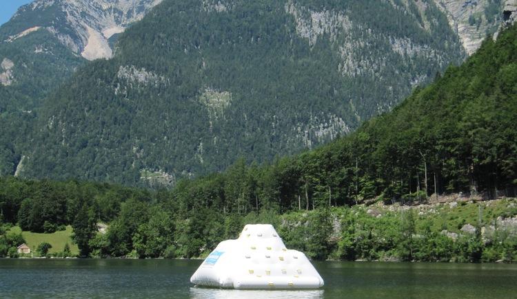 Ein Klettereisberg der im Wasser verankert ist. (© Gemeindeamt Obertraun, Peter Perstl)