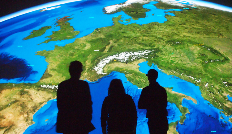 3 Personen stehen im DeepSpace im Ars Electronica Center. (© Martin Hieslmair)