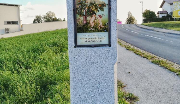 Ein Steinmarterl markiert den Beginn des Biblischen Wanderweges (© Tanja Mittermair)