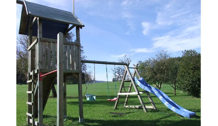 Kletterhaus, Reck, Rutsche Schaukel in der Wiese